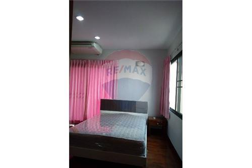 RE/MAX Executive Homes Agency's 3 Bedrooms Apartment For Rent Near Prompong BTS 5