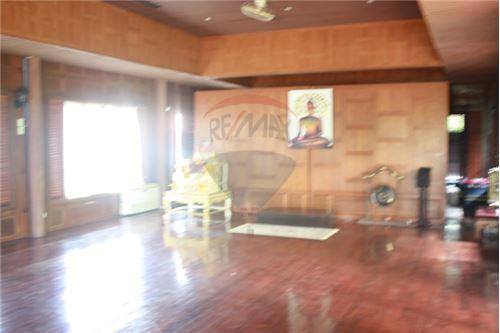 RE/MAX Executive Homes Agency's Thai houses compound in prime area for Sale 13