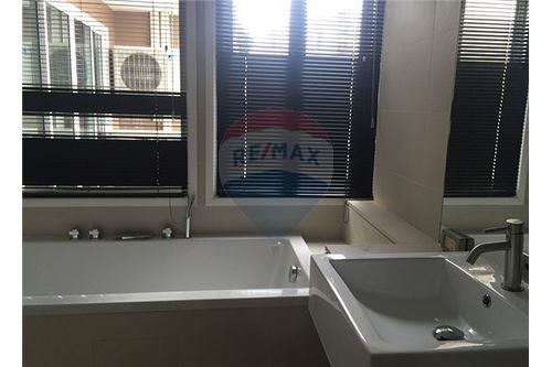 RE/MAX Executive Homes Agency's Spacious 3 Bedroom for Sale Le Nice Ekamai 5