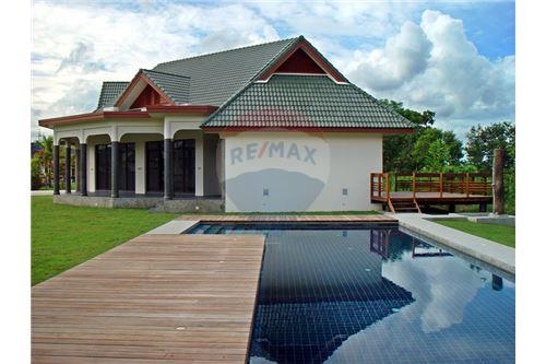 "RE/MAX Executive Homes Agency's ""Dok Bua"" 11.59 M in Baan Melanie plot G-7 1"