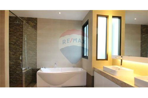 RE/MAX Executive Homes Agency's House with private pool near BTS Phrompong 10