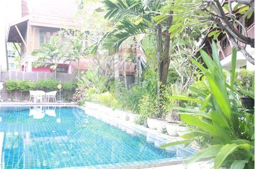 RE/MAX Executive Homes Agency's Thai houses compound in prime area for Sale 4