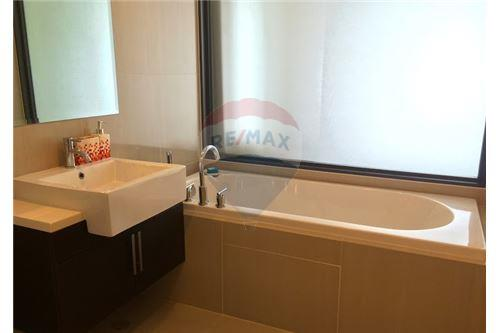 RE/MAX Executive Homes Agency's Spacious 1 Bedroom for Sale Villa Asoke 8