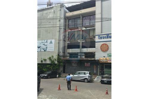 RE/MAX Executive Homes Agency's Commercial Building for Rent near BTS Udom Suk 3