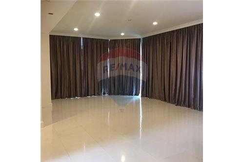 RE/MAX Executive Homes Agency's Spacious 3 Bedroom for Rent Royce Residence 2