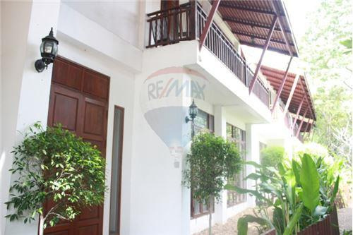 RE/MAX Executive Homes Agency's Thai houses compound in prime area for Sale 3