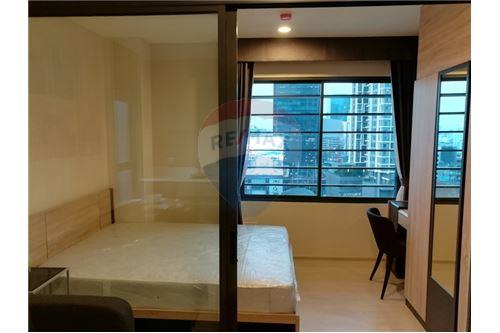 RE/MAX Executive Homes Agency's Rhythm Asoke 2 beautiful rooms for rent 2