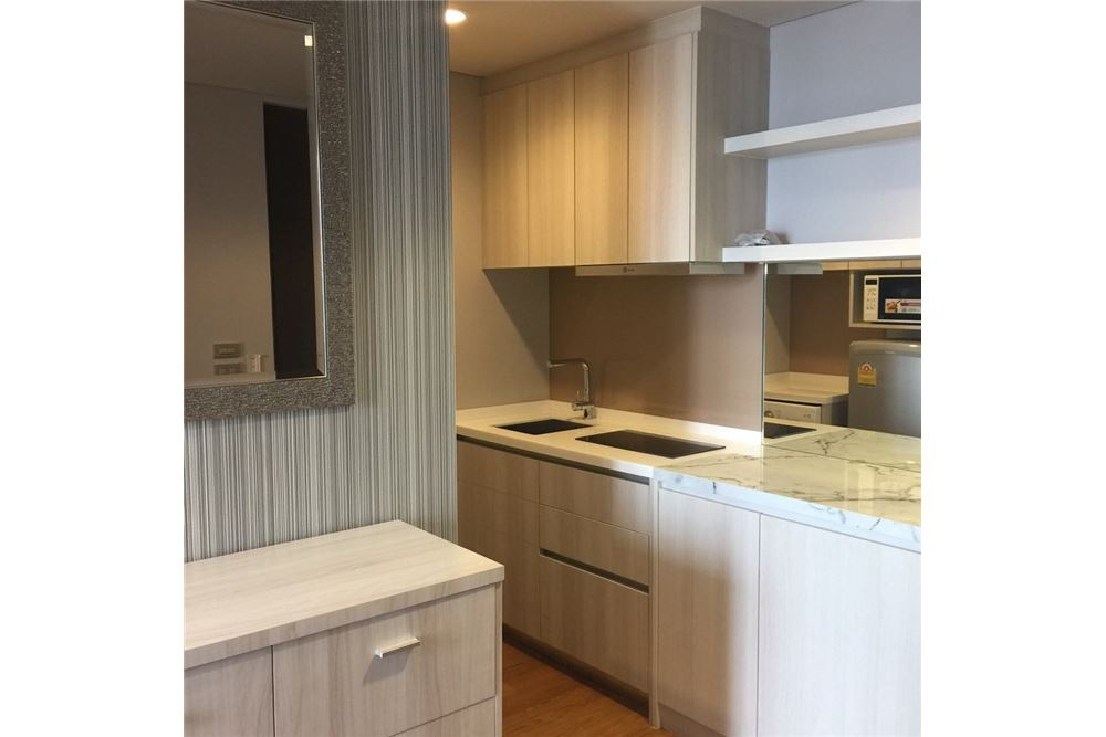 RE/MAX Properties Agency's 1 Bed for rent 35,000 Baht at Lumpini 24 6