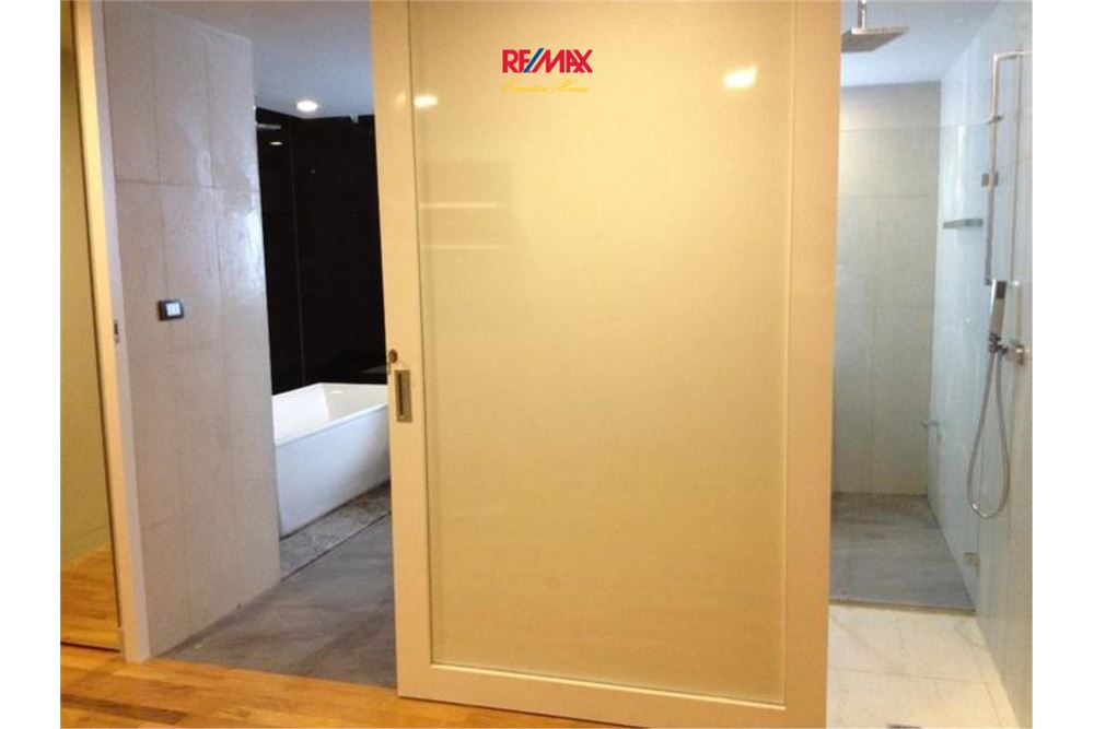 RE/MAX Executive Homes Agency's SPACIOUS 2 BEDROOM FOR SALE QUAD SILOM 3