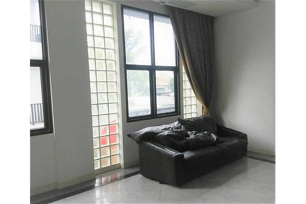 RE/MAX Executive Homes Agency's 4 Bedrooms Townhouse For Rent in Sukhumvit 71 2