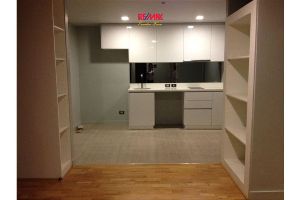 RE/MAX Executive Homes Agency's SPACIOUS 2 BEDROOM FOR SALE QUAD SILOM 4