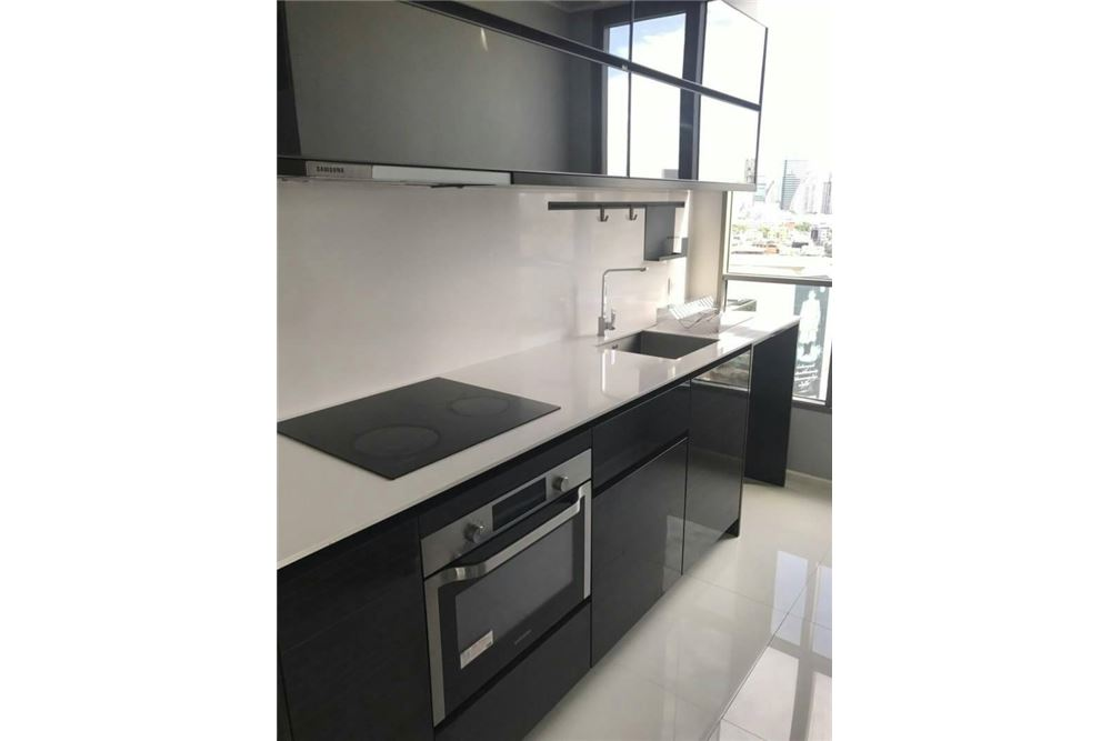 RE/MAX Executive Homes Agency's Spacious 2 Bedroom for Sale Room Sathorn St. Louis 5