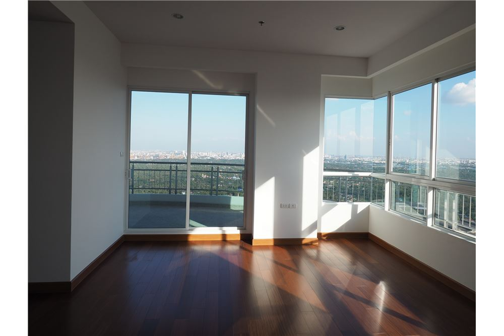 RE/MAX Properties Agency's awesome penthouse Supalai Prima Riva 7