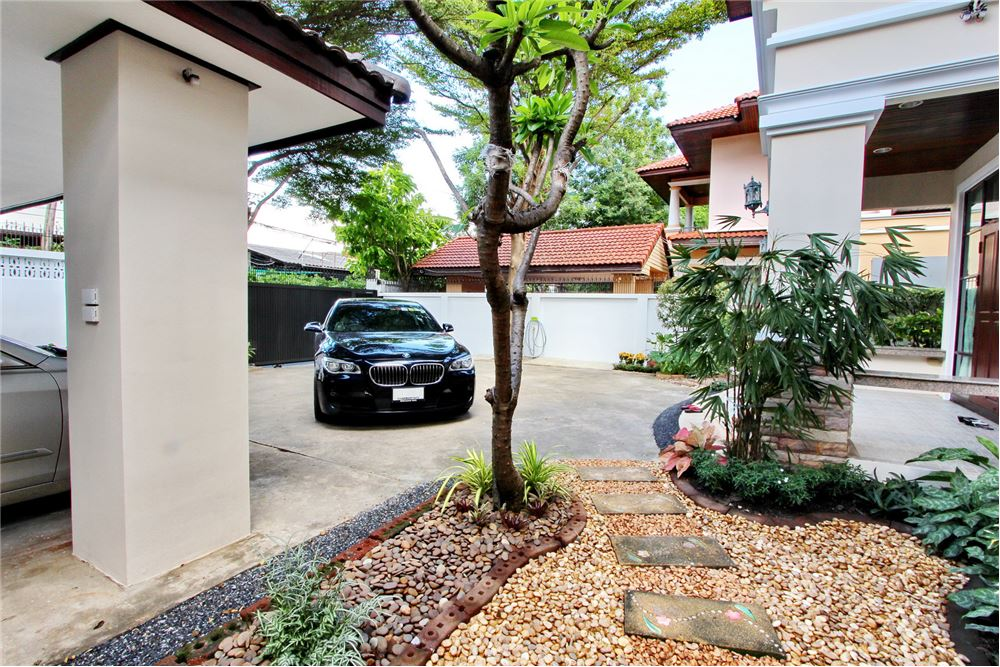 RE/MAX Executive Homes Agency's 4 bedroom house for rent near BTS Ekkamai 15