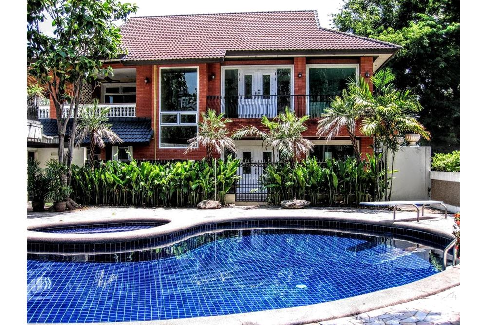 RE/MAX Executive Homes Agency's House with private pool For Rent Ekkamai area 1