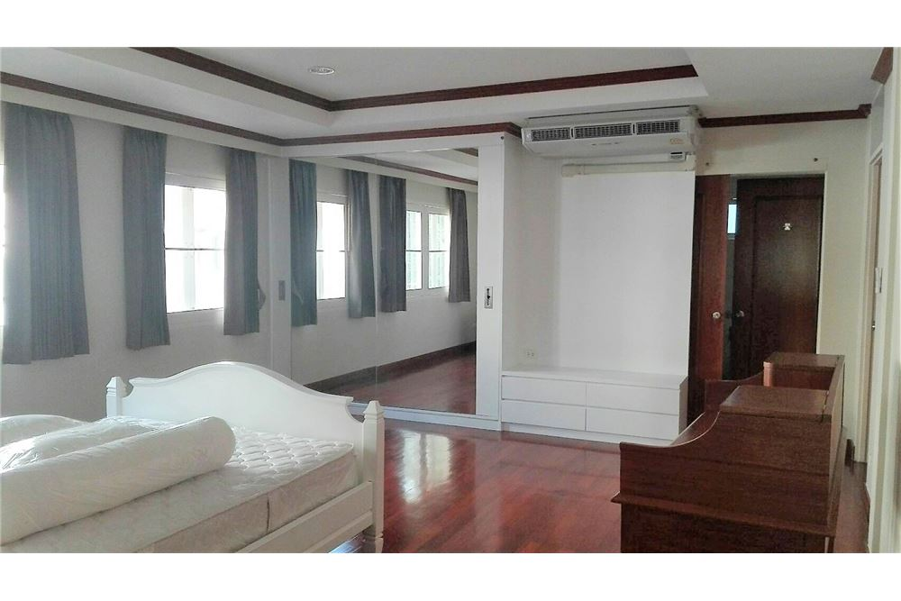 RE/MAX Executive Homes Agency's Beautiful colonia style house with garden in Asoke 5