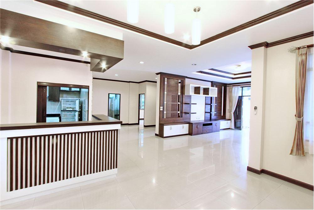 RE/MAX Executive Homes Agency's 4 bedroom house for rent near BTS Ekkamai 4