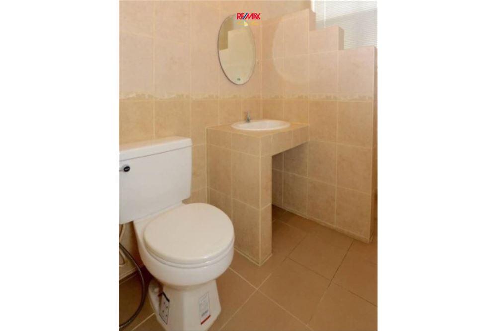 RE/MAX Executive Homes Agency's Nice 2 Bedroom House for Sale near BTS Ekamai 8