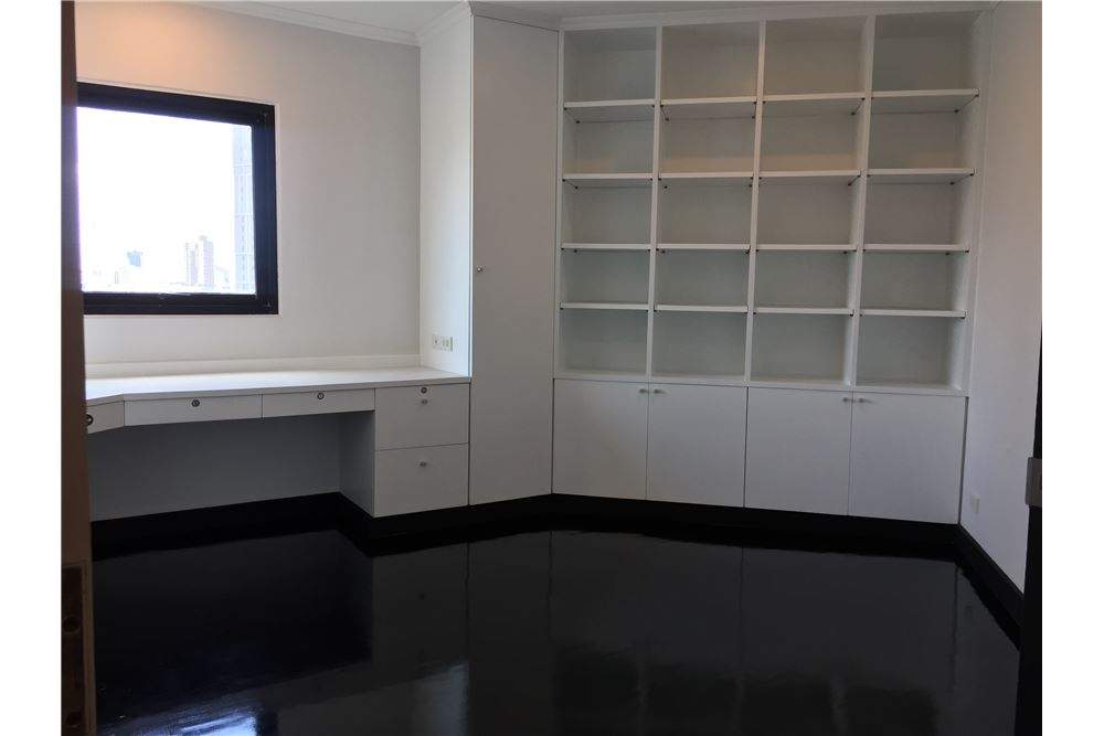 RE/MAX Executive Homes Agency's Spacious 2 Bedroom for Sale Sathorn Garden 4