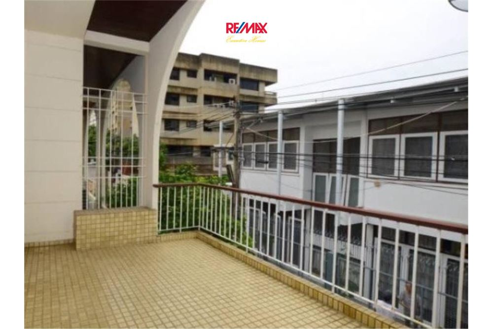 RE/MAX Executive Homes Agency's Nice 2 Bedroom House for Sale near BTS Ekamai 7