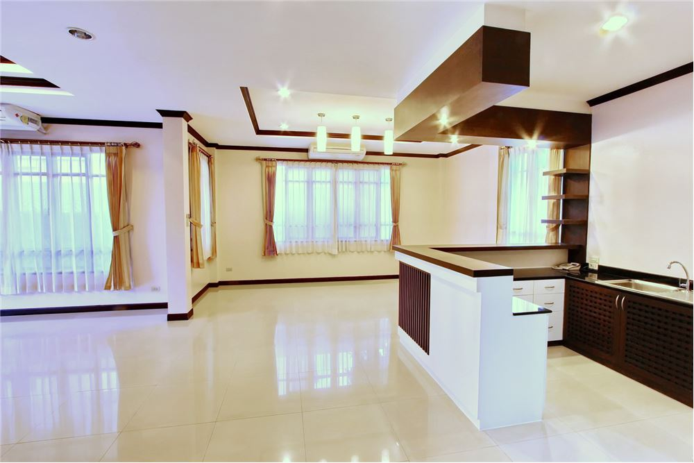 RE/MAX Executive Homes Agency's 4 bedroom house for rent near BTS Ekkamai 5