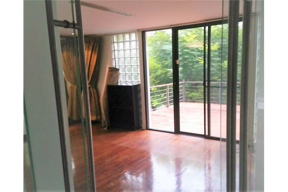 RE/MAX Executive Homes Agency's 4 Bedrooms Townhouse For Rent in Sukhumvit 71 1
