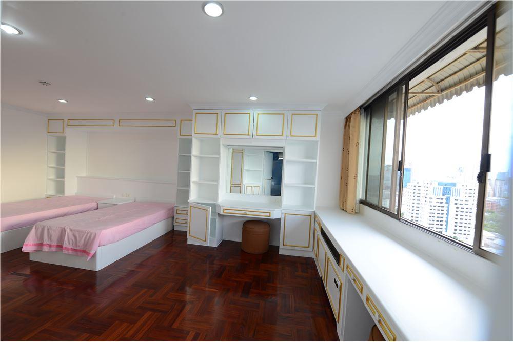 RE/MAX Executive Homes Agency's Condominium for rent - Ekkamai 12 28