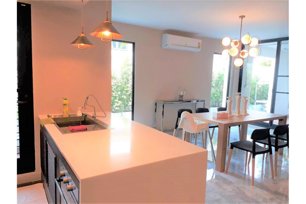 RE/MAX Executive Homes Agency's Apartment 3+1 Beds For Rent in Phromphong 3