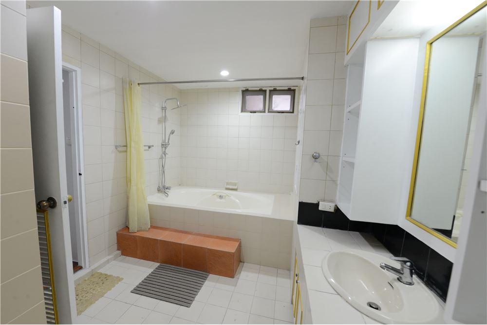 RE/MAX Executive Homes Agency's Condominium for rent - Ekkamai 12 38