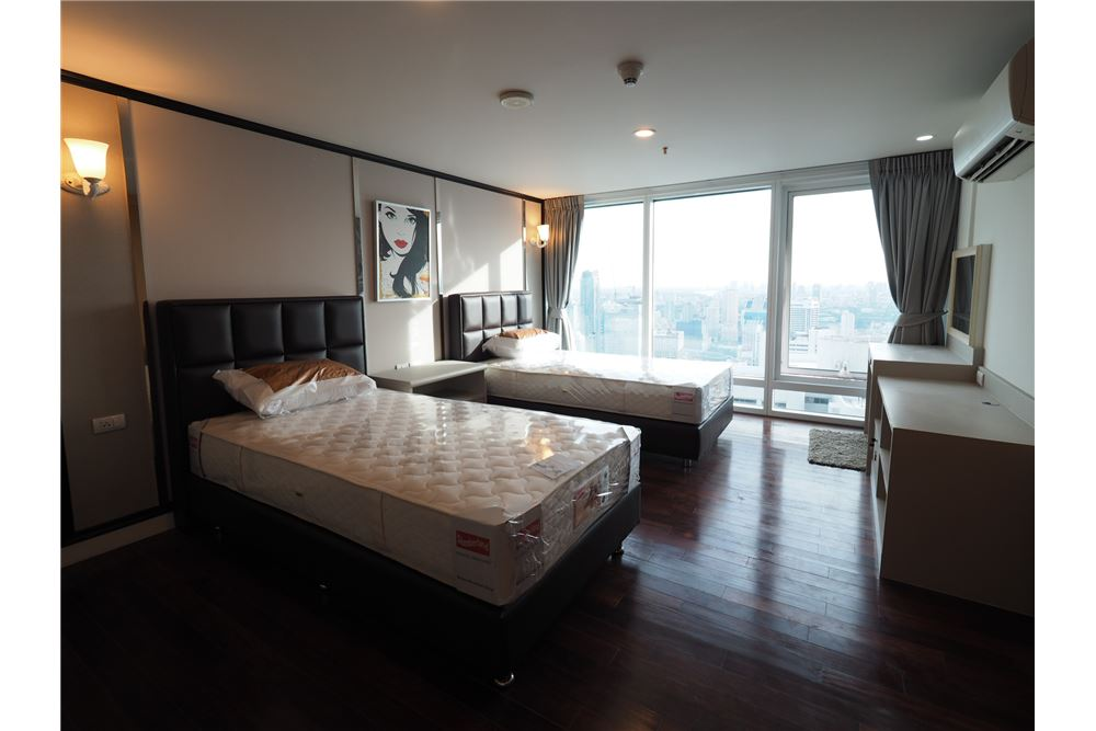 RE/MAX Executive Homes Agency's Stunning 4 Bedroom Duplex for Rent Circle Condo 4