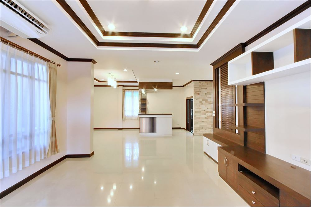 RE/MAX Executive Homes Agency's 4 bedroom house for rent near BTS Ekkamai 2
