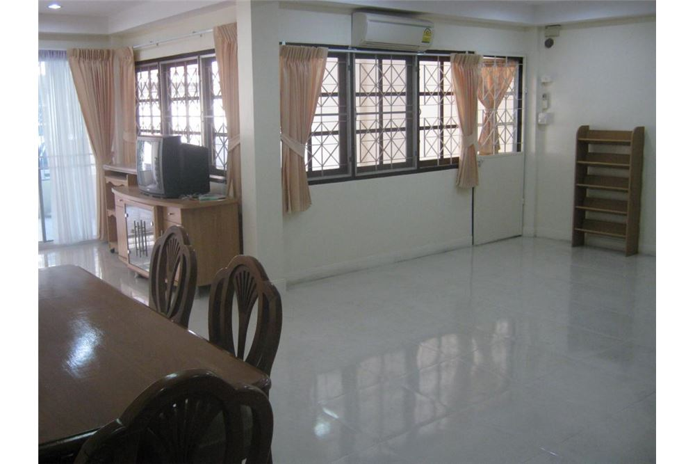 RE/MAX Executive Homes Agency's Nice 3 Bedroom House for Rent near BTS Thonglor 6