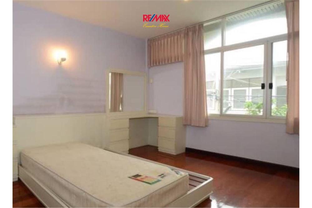RE/MAX Executive Homes Agency's Nice 2 Bedroom House for Sale near BTS Ekamai 4