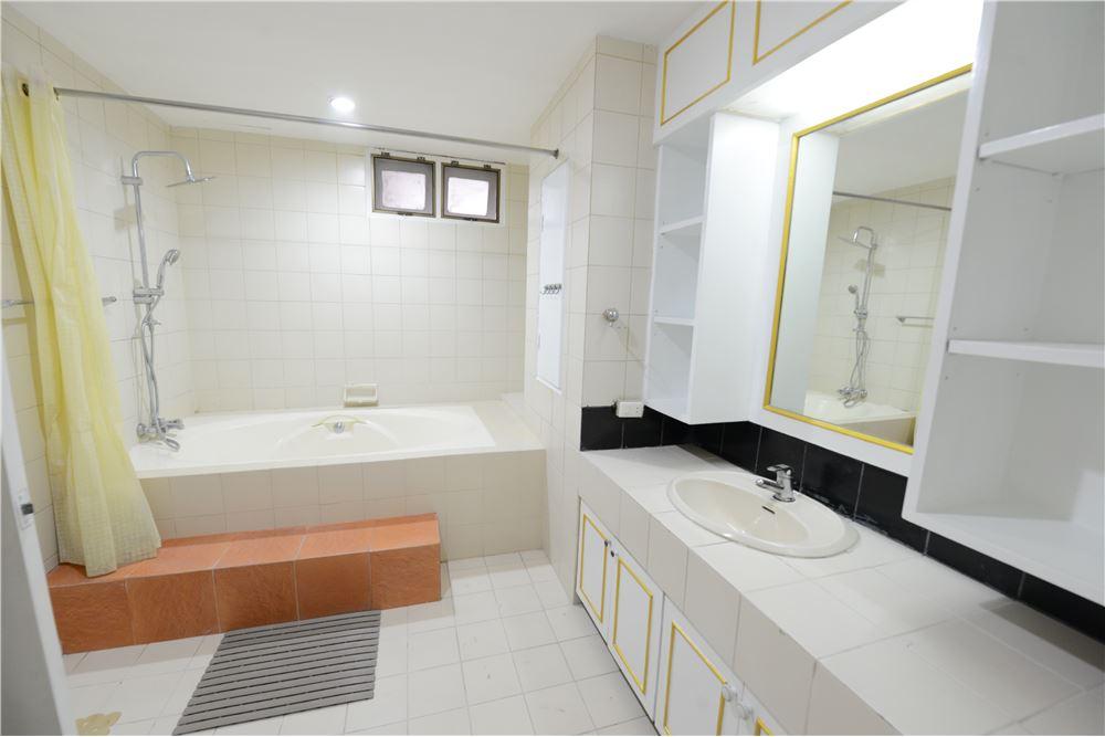 RE/MAX Executive Homes Agency's Condominium for rent - Ekkamai 12 37